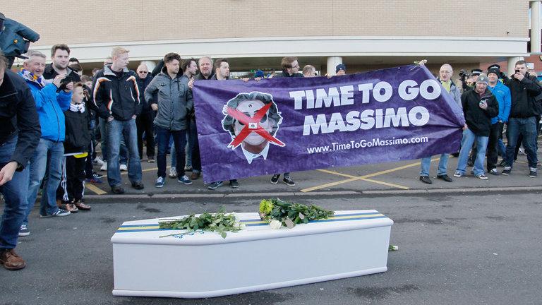 Aksi protes rezim Cellino oleh pendukung Leeds