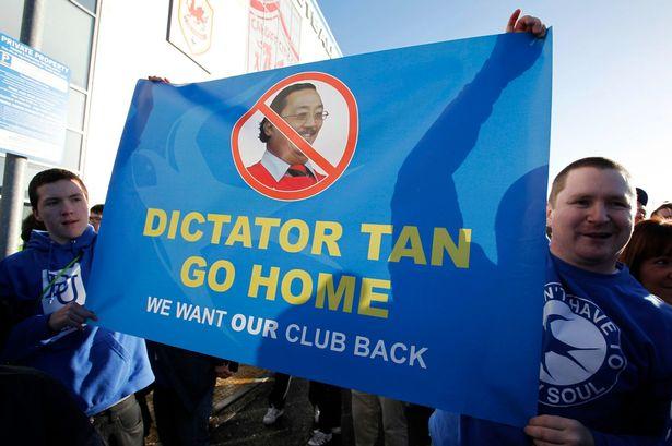 Pendukung Cardiff menuntut Tan untuk angkat kaki dari stadion Cardiff City
