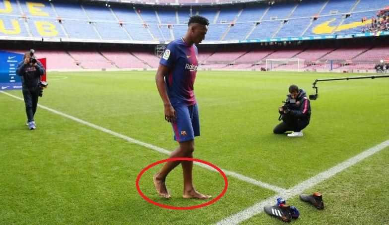 Alasan Bek Anyar Barcelona Lepas Sepatu Saat Injak Camp Nou