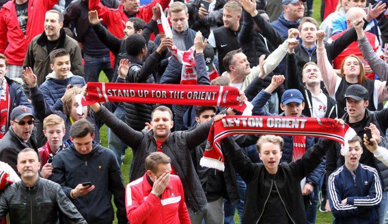 Lancarkan Protes Terhadap Pemilik Klub, Suporter Invasi Lapangan