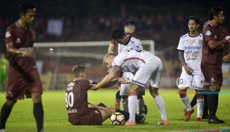 Laga PSM vs Bali United Dihiasi Pertikaian Comvalius-Lilipaly dan Amukan Suporter
