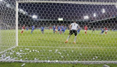 Lima Barang Terunik yang Dilempar Suporter ke Lapangan