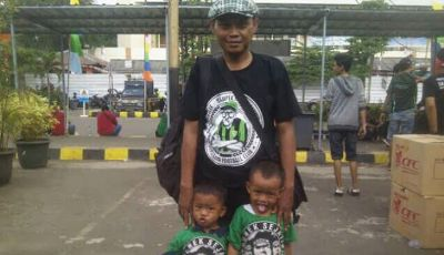 Bersama Andie Peci di Depan Tribun Stadion Tugu