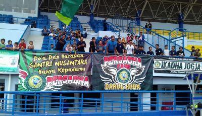 Dukungan Suporter Darul Huda di Balik Beras Dua Kuintal