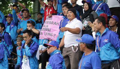 Suatu Sore Bersama Pendukung Tim Sepakbola Kalsel di Peparnas